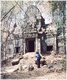 Prasat Chean Sram - 1st gopura.