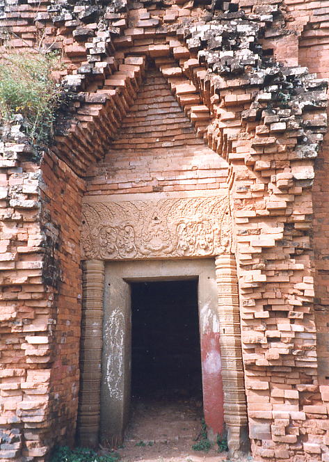 The main entrance to the central tower of Wat Snoeung East, with its finely carved lintel.