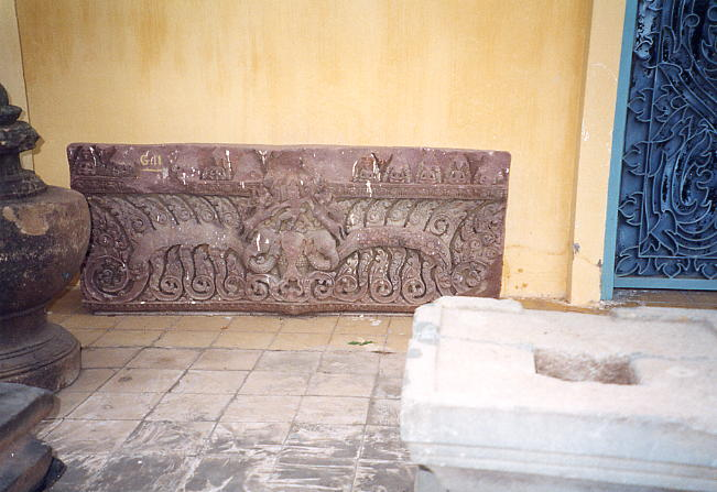 This lintel was surrounded by the wall of the museum and a series of sandstone pedestals and sculpted pots.