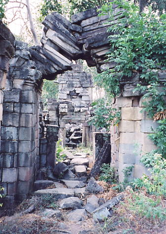 An archway in imminent danger of collapse, like so many at Banteay Chhmar.