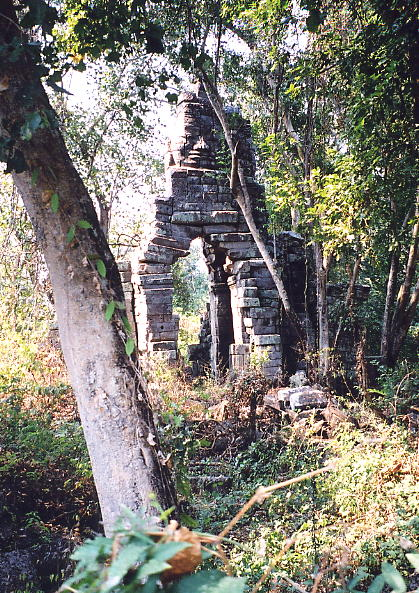 The fantastic sight of a face tower amidst the forest at Prasat Chegnchemtrei.