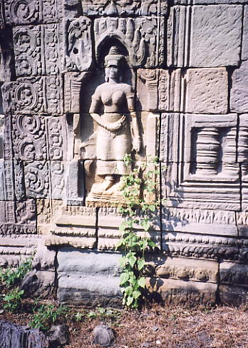 A Devata figure in a niche on the inner enclosure wall of Banteay Thom.