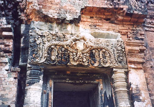 The main lintel at Prasat Damrei.