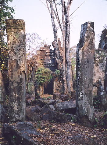 The ramshackle entrance gateway to Prasat 'D'.