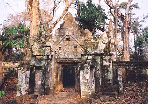 The front entrance of Prasat Krachap.