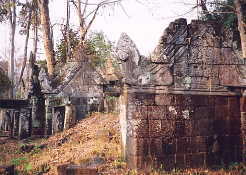 The inner buildings at Prasat Krachap.