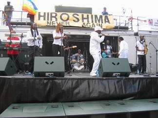 Leonie on stage with Pato Banton at the Hiroshima - Never Again benefit concert 6/8/05. courtesy of www.comeclean.org.uk.