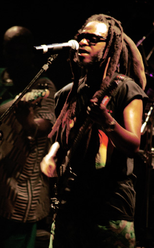 David Hinds on stage in Athens June 2004 [photo (c) Olga K]