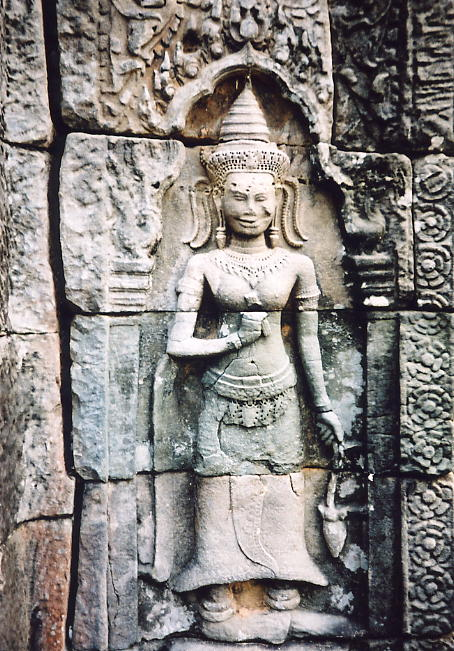A smiling devata at Prasat Preah Damrei.