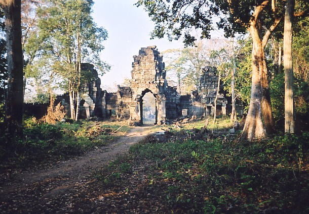The entrance gopura to the main temple of Preah Khan of Kompong Svay {click to enlarge}.
