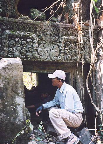 Heng gets in on the 'examining lintels' act, at Prasat Bangkoy North.